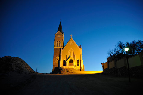 Die Felsenkirche ist ein nationales Denkmal in Lüderitz und am Nachmittag für wenige Stunden geöffnet. Sie liegt auf dem felsigen Diamantberg und ist schon von weitem gut zu sehen.