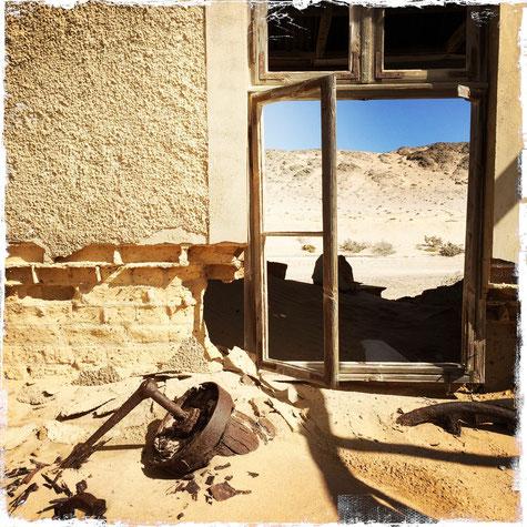 Die Wüste gewinnt immer. Verfallenes Haus im Diamantensperrgebiet in Namibia weiter hinter Kolmanskop.