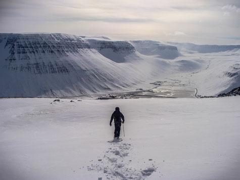 Friedrich at the northern plateau in the north of Ísafjörður // Friedrich auf dem nördlich gelegenen Part des Plateaus von Ísafjörður.