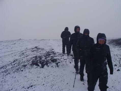 Schneetreiben setzte die letzten paar hundert Höhenmeter unter dem Gipfel der Hekla ein.
