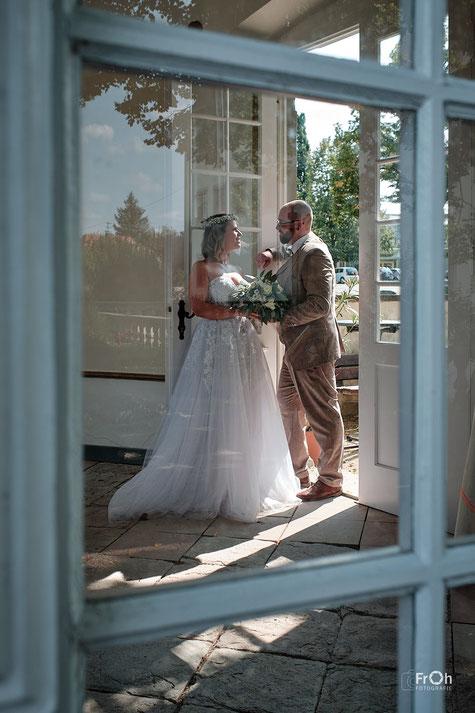 Hochzeitsbild unbeobachtet durchs Fenster