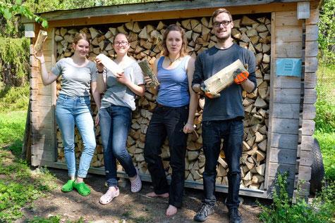 Klara, Hanne, Ricarda und Patrick bei der Waldarbeit