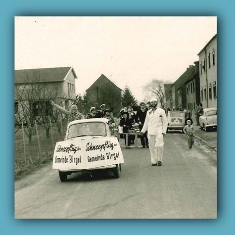 Umzug 1961: Im Hintergrund spielt das Tamborcourps Birgel, das Foto entstand auf dem Daubenvaldersweg