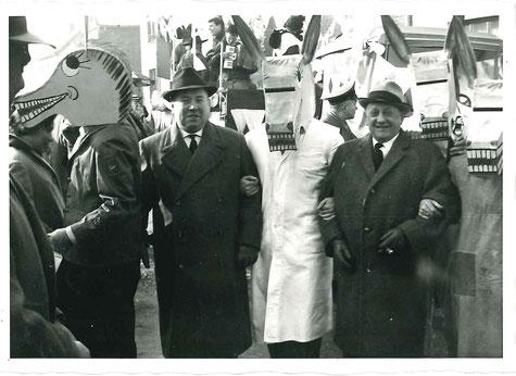 """Dieses Foto zeigt einen Vorläufer des legendären """"Fresswagens"""" oder auch """"Küchenwagens"""" im Jahr 1966,  zu sehen sind Otto Kempen und Sybille Hansen bei der Verteilung von Leckereien."""