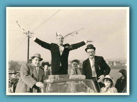 """In der Mitte: Prinz Karl-Heinz I. Braun in seinem """"Prinzenwagen, links Hubert Knipprath, rechts Otto Kempen"""