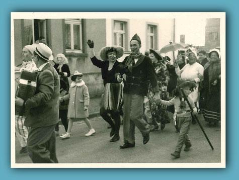 Viele Birgeler beteiligten sich teils maskiert, teils bunt kostümiert am ersten Umzug durch den Ort. Für musikalische Unterhaltung sorgten u.a. die bewährten eigenen Kräfte des Stammtisches