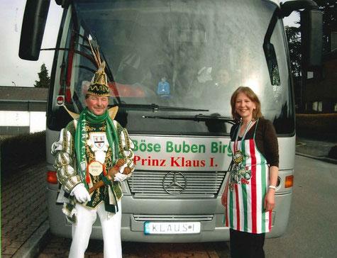 """Prinz Klaus I. Schurz vor dem Bus der Fa. Maubach. Zu sehen ist auch das """"besondere Kennzeichen"""", der Name der jeweiligen Tollität"""
