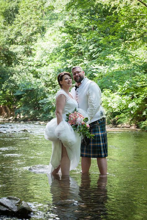 Hochzeitsfotos anders kaltes Wasser Sprung romantisch Romantik Brautpaar Braut Landschaft Fluss Bach Hochzeit Freude Lachen entspannt Hochzeitskleid Paarfotos