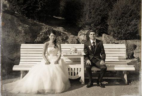 Hochzeitsfoto charme retro Retro-Charme Dachboden schwarzweiß alt früher damals romantisch Dachboden Brautpaar klassisch sitzt auf Bank Park Braut Brautkleid Barbara Wagner momentissimo