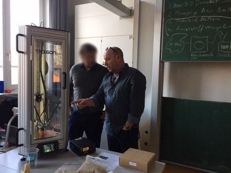 Gerd Keller (Fablab Karlsruhe) im Gespräch mit dem NWT-Lehrer am Markgrafen Gymnasium