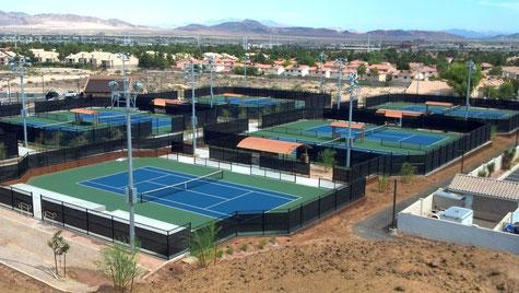 Кроме того, строительство теннисных кортов в Санкт-Петербурге и Москвы требует и монтажа освещения – установки осветительных приборов на специальных мачтах, что позволит играть и в вечернее время.