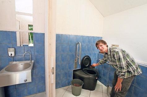 öffentliche komposttoilette in der Tössegg