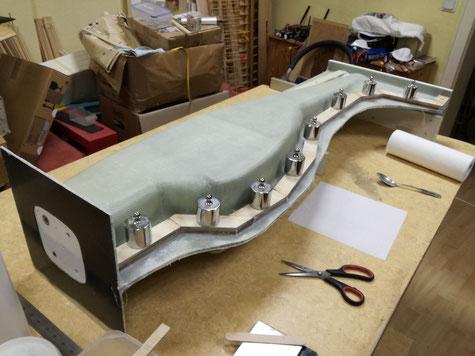 in mehreren Teilstücken wurde auch die andere Seite mit der Rahmenleiste verklebt. Diese Rahmenleiste dient einerseits der Verstärkung der Formenkante und soll später die Verschraubung und Verstiftung übernehmen.
