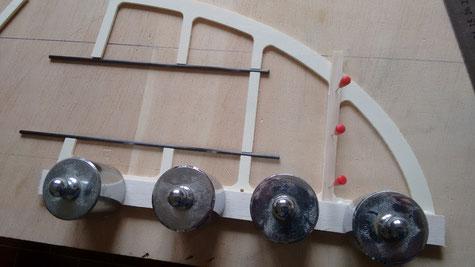 für den Bau der Leitwerke werden Balsaleisten 20x4mm und 8x4mm benötigt und damit werden die Leitwerke wie gezeigt aufgebaut. Beim Höhenleitwerk wurden Aussparungen von 3mm für die Befestigung eingefügt, hier kommt ein 3mm Kohlestab rein für die spätere B