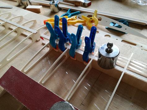 aus einem 3mm Balsabrett werden die Holmverkastungen gefertigt. Die Länge 72mm wie auch die zuvor genutzen Abstandshalter. Hier ist aber zu beachten das die Maserung des Holzes hochkant steht, bitte unbedingt beachten.