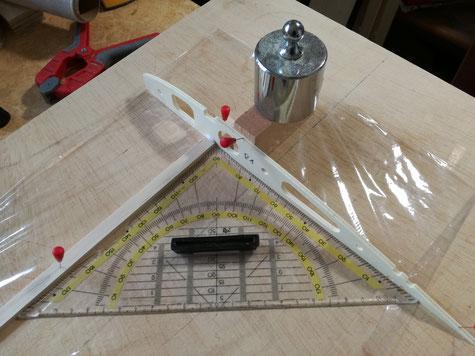 Rippe 1 wird rechtwinklig auf dem Holm geklebt, und darauf achten das die Rippe gerade steht. Für den weiteren Aufbau habe ich Balsaklötzchen Länge 72mm gefertigt, diese dienen als Abstandshalter. Der geplante Rippenabstand von 75mm ergibt sich so von sel