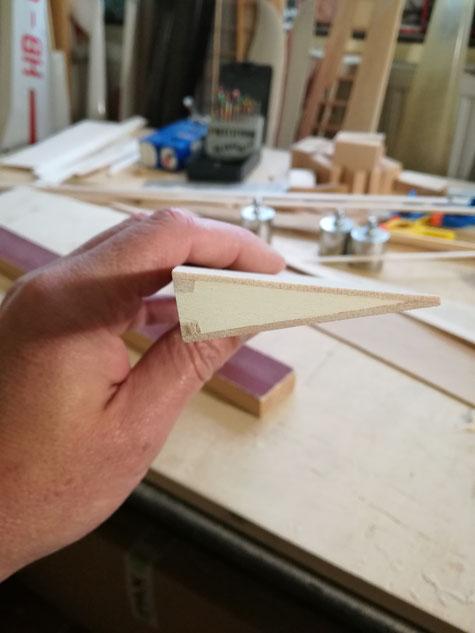und so die Landeklappe ! Nun wird an beiden Rudern noch die Scharnierleiste ( Balsa 3mm ) angeklebt und entsprechend verschliffen.