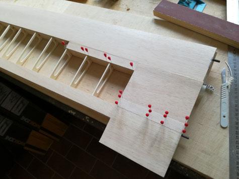 nachdem alles getrocknet ist, kommen unten noch Beplankungsstücke drauf. Der Schacht des Steckungsrohres wird auch beplankt.