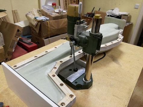 nun habe ich mittels Standbohrmaschine senkrecht zur Trennebene 20mm Löcher mit einem Forstnerbohrer erstellt. Etwa 6mm tief habe ich gebohrt um eine plane Auflage der Rampamuffen zu gewährleisten.