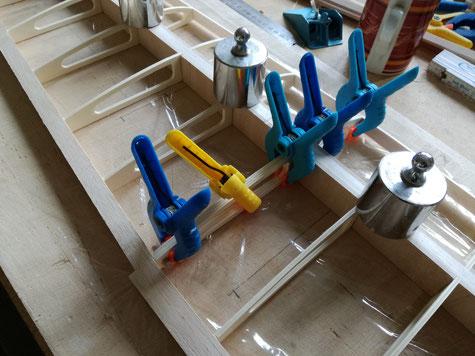 beide Flächenhälften liegen mit der Unterseite plan auf dem Baubrett. Der 6mm Holzdübel wird als Zentrierung mit verleimt.