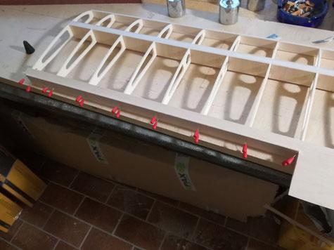 am Innenflügel wird ebenfalls die 3mm Leiste verleimt. Nach Trocknung alles dem Profil nach verschleifen. Anschließend werden dann Innen- und Aussenflügel mit planer Unterseite auf dem Baubrett sauber verleimt. Als Zentrierung ist in Rippe 10+11 eine 6mm