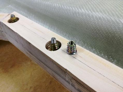 diese M6 Rampamuffen wurden entfettet und mit passenden Schrauben verschraubt. Auf dem Bild sieht man sehr deutlich das die Rahmenleiste nicht parallel mit der Trennebene liegt, dennoch aber die Verschraubung !