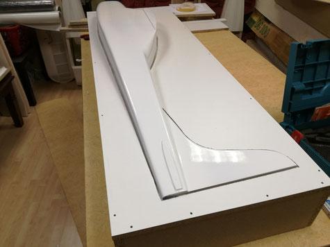 Urmodell liegt korrekt und fest in der Trennebene. Nun wird die Fuge zum Rumpf verschlossen.