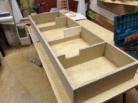 der Unterkasten der Trennebene wurde in den Maßen 150x50cm mit 19mm Spanplatten erstellt.  Entsprechende Ausschnitte als Lagerung für das Urmodell wurden erstellt.