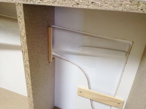 hier liegt der Rumpf in der Trennebene und von unten wird kontrolliert ob alle Plastilinauflagen richtig sitzen und ob das Tesaband überall die Fuge verschlossen hat. Von unten wurde alle 20cm nochmals Plastilin von unten eingedrückt damit der Rumpf sich