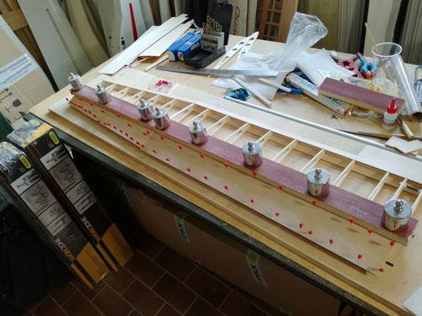 nachdem beide Beplankungen ausgerichtet sind wird alles beschwert, bzw. mit Nadeln fixiert. Nun alles über Nacht trocknen lassen.