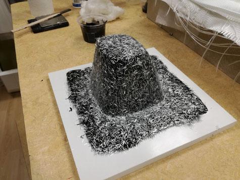 Formenharz aufgetragen und hier mal als Kupplungsschicht Glasfaserschnitzel aufgebracht.