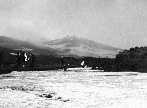 La collina con l'edificio di Torre del Filosofo durante l'eruzione del 1971. Foto scattata da Carmelo Sturiale
