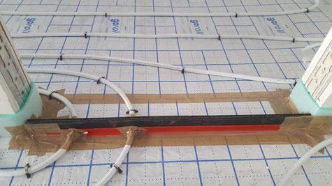 Das Fugenprofil muss gut verklebt sein, um keine Schallbrücke zwischen den einzelnen Zimmern zu bilden.
