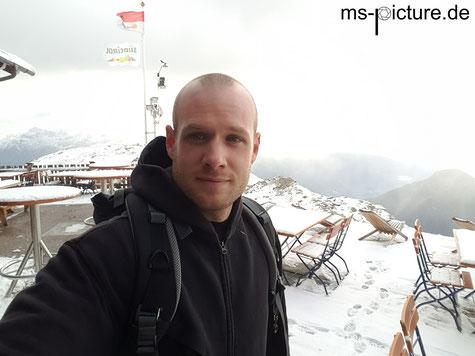Matthias Schreyer auf der verschneiten Speikboden Hütte