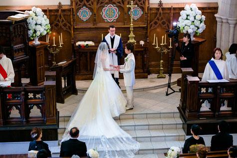 チャペル挙式、ゲストに祝福されて幸せにいっぱいな二人