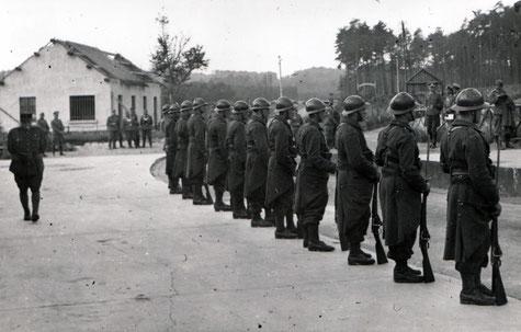 Au Grand-Hohékirkel, le 30 juin 1940, les troupes françaises attendent la délégation française apportant l'ordre de reddition des ouvrages (coll. Sébastien Schlegel).
