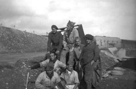 Membres d'équipage à côté du poste de garde (Coll Cauchy/Fort Casso)