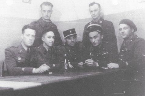 Les officiers de Rohrbach en Juin 1940. Debout: aspirant KALIS- Ltn HACQUARD. Assis Lnt DEMAZI - Ltn CASSO - Ltn JACQUOT- Cne DE SAINT-FERJEUX - Ltn Huet (coll Hauth))