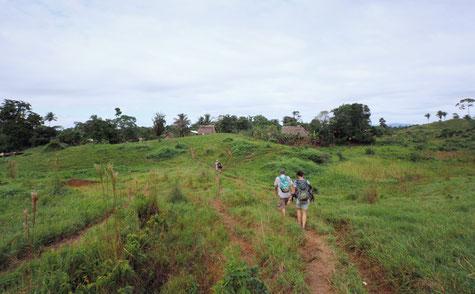 Am Horizont sieht man die ersten Häuser des Dorfes am Rio Bonito