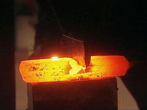In der Schmiede, Vorbereitung des glühenden Stahls zum Falten - Herstellung von Damaszenerstahl.