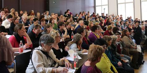 Als jährliche praxisorientierte Fortbildung zur zeitgemäßen Wundtherapie wird das Freiburger Wundsymposium gut besucht. (Fotos: Aldenhoff)