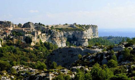 Les baux de provence dominant Arles et la Camargue