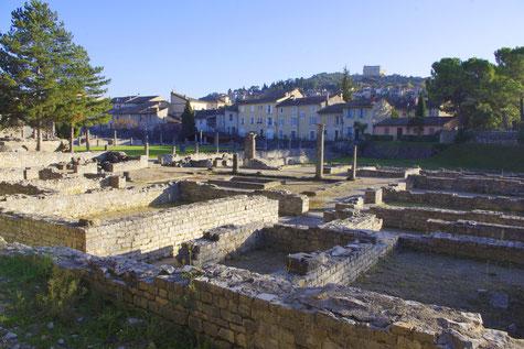 Vaison la Romaine, die Röhmischen  Überresten und hinten, die hohe Stadt.