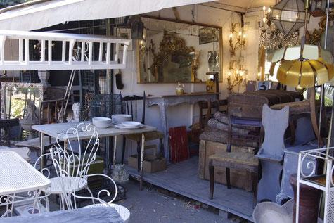 Ein Dorf von Antiquitätenhändlern in l'Isle-sur-la-Sorgue