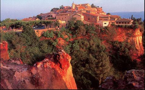 Die Ockern Felsen im ersten Plan des Dorfes von Roussillon
