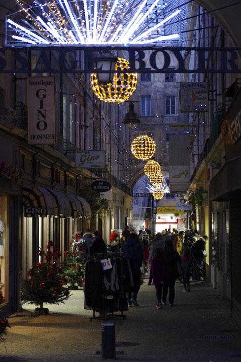La rue couverte et ses illuminations