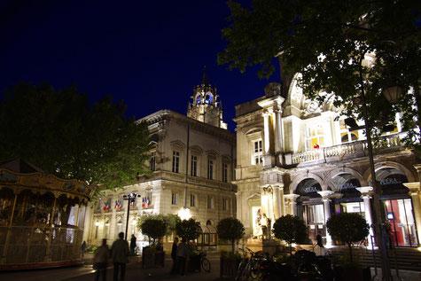 Vorne rechts ist die Avignon Oper und das Rathaus auf der linken Seite