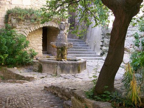 Le Crestet, kleiner Platz mit einem Brunnen