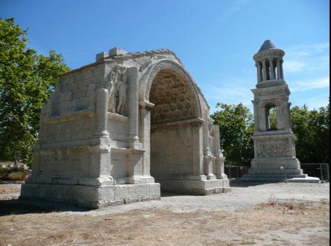 Die antiques,  der Triumphbogen und das 18 m hoch Mausoleum