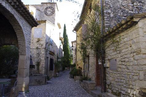 Séguret, eine Gasse mit Mittelalter Häusern